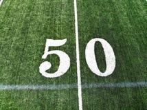 Brummen-Schuss des 50 Yard-Mark On An American Football-Feldes stockfotos