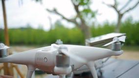 Brummen vorbereitendes Versuchsquadcopter für Praxisflug auf dem Strand Propellerinstallation HD slowmotion stock video footage