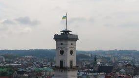 Brummenansicht der großen Uhr auf dem Turm des Hauptrathauses Leben in der modernen Stadt stock video