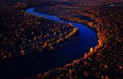 Brummenansicht des erstaunlichen bunten Herbstfallwaldes bei Sonnenuntergang Stockfoto