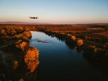 Brummenansicht des erstaunlichen bunten Herbstfallwaldes bei Sonnenuntergang Lizenzfreie Stockfotografie