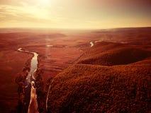 Brummenansicht des erstaunlichen bunten Herbstfallwaldes bei Sonnenuntergang Lizenzfreies Stockfoto
