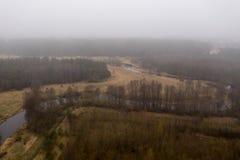 Brummenansicht des Kurvens von Fluss, von Wald und von Nebel in der l?ndlichen Landschaft lizenzfreies stockbild