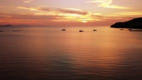 Brummenansicht des schönen Sonnenuntergangs auf dem Meer stock footage
