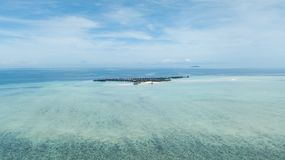 Brummenansicht eines Erholungsortes über einem Riff umgeben durch klares Wasser lizenzfreies stockbild