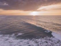 Brummenansicht eines Surfers im Sonnenuntergang lizenzfreie stockfotografie