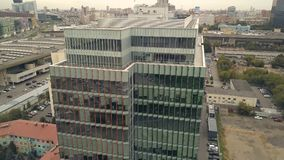 Brummenansicht Highrise-Geschäftszentrumgebäude in der Stadt Glasfassadengebäude lizenzfreies stockfoto