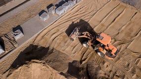 Brummenansicht von LKWs, von Bagger und von Stra?enreparaturarbeit in der l?ndlichen Landschaft Brummenphotographie stockfotos