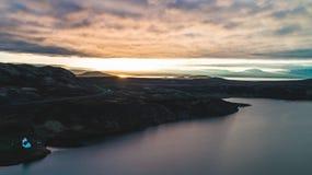 Brummenansicht von See während des Sonnenuntergangs in Island stockfoto
