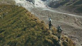 Brummenansicht, welche reisenden Leute die Berg wandert Touristische Gruppe, die einen Berg klettert lizenzfreies stockbild