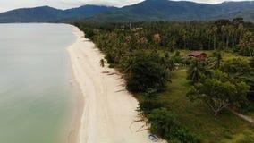 Brummenansicht zum sandigen weißen Ufer und grüne tropische Natur in Thailand Tropischer Strand - Langkawi hölzerner Bungalow stock video footage