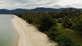 Brummenansicht zum sandigen weißen Ufer und grüne tropische Natur in Thailand Tropischer Strand - Langkawi hölzerner Bungalow stock video