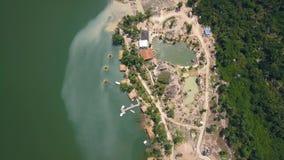 Brummenansichtbootspier und -bungalow für Rest auf See unter tropischer Natur in den Bergen Grünes Wasser im schönen See stock video