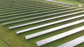 Brummenantenne eines Solarkraftwerks nahe bei Landstraße stock video