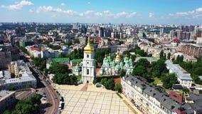 Brummenantenne von modernen Gebäuden in Kiew, das einen See, Ukraine übersieht stock video footage