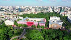 Brummenantenne von modernen Gebäuden in Kiew, das einen See, Ukraine übersieht stock footage