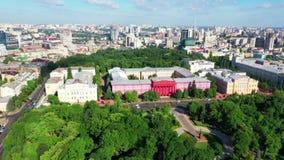 Brummenantenne von modernen Gebäuden in Kiew, das einen See, Ukraine übersieht stock video