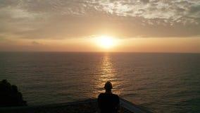 Brummenbetreiber, der schönes Meer während des Sonnenuntergangs schießt stock video