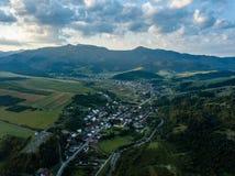 Brummenbild Vogelperspektive des ländlichen Berggebiets in Slowakei, vil Lizenzfreie Stockfotografie