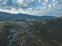 Brummenbild Vogelperspektive des ländlichen Berggebiets in Slowakei, vil lizenzfreie stockbilder