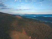 Brummenbild Vogelperspektive des ländlichen Berggebiets in Slowakei, vil stockbild