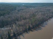 Brummenbild Vogelperspektive von Waldfluß im Frühjahr Gauja, Latvi Lizenzfreie Stockfotos