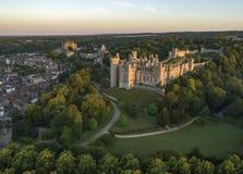 Brummenbild von Arundel-Schloss an der Dämmerung lizenzfreie stockfotografie