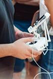 Brummenfernbedienung in der Hand eines Mannes Mannbetrieb des Fliegenbrummens Lizenzfreies Stockbild