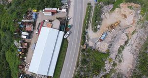 Brummenfliege über der Straße, wohin die Autos gehen und die Baustelle stock footage