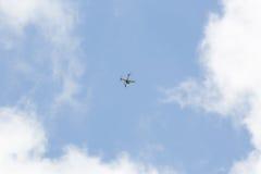 Brummenfliegen bewaffnet mit Kamera lizenzfreie stockfotografie