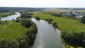 Brummenflug über dem Fluss schöne kleine Inseln Die Regelung nahe dem Fluss Stockfotos
