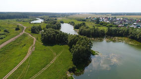Brummenflug über dem Fluss schöne kleine Inseln Die Regelung nahe dem Fluss Stockbild