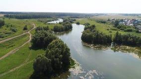 Brummenflug über dem Fluss schöne kleine Inseln Die Regelung nahe dem Fluss Lizenzfreies Stockfoto