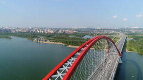 Brummenflug über dem Fluss Seilzug-gebliebene Brücke Schöne Landschaft Lizenzfreie Stockbilder