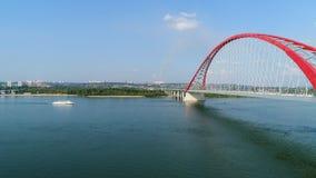 Brummenflug über dem Fluss Seilzug-gebliebene Brücke Schöne Landschaft Lizenzfreie Stockfotos
