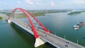 Brummenflug über dem Fluss Seilzug-gebliebene Brücke Schöne Landschaft Stockbilder