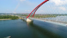 Brummenflug über dem Fluss Seilzug-gebliebene Brücke Schöne Landschaft Lizenzfreies Stockbild