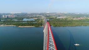 Brummenflug über dem Fluss Seilzug-gebliebene Brücke Schöne Landschaft Stockbild