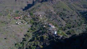 Brummenflug über Hochgebirge stock footage