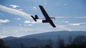 Brummenflugzeug, Durchgang der niedrigen Höhe, sonniger Himmel mit Wolken Stockbild