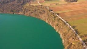 Brummenfoto von See nahe den Feldern lizenzfreie stockbilder