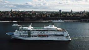 Brummengesamtlänge über Stockholm stock footage