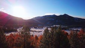Brummengesamtlänge eines schneebedeckten Gebirgsfallsonnenaufgangs stock video