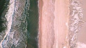 Brummengesamtlänge von eisigen atlantischen Wellen stock video footage