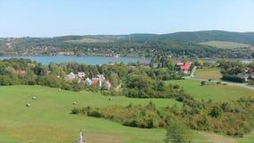Brummenluftgesamtlänge von einer ungarischen Landschaft, nahe dem kleinen Dorf Orfu stock footage