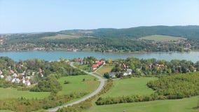 Brummenluftgesamtlänge von einer ungarischen Landschaft, nahe dem kleinen Dorf Orfu stock video footage