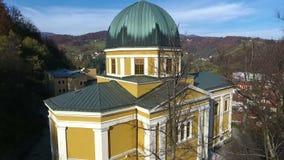 Brummenluftkreisansicht des Fojnica-Kirchturms im Franziskanerkloster, stock video footage