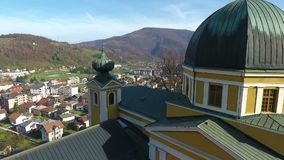 Brummenluftkreisansicht des Fojnica-Kirchturms im Franziskanerkloster, stock video