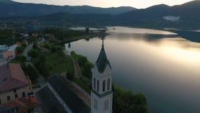 Brummenluftkreisansicht des Rama Scit-Kirchturms im Franziskanerkloster, stock video
