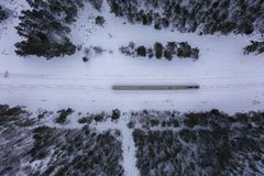 Brummenphotographie des Winterwaldes, -lokomotive und -eisenbahn stockfotografie